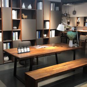 挪亚家 书桌 这款书桌采用北美进口黑胡桃木,木材的纹理和印度多彩石的搭配,使这款书桌拥有独一无二的尊贵感! D5 KAZTD03